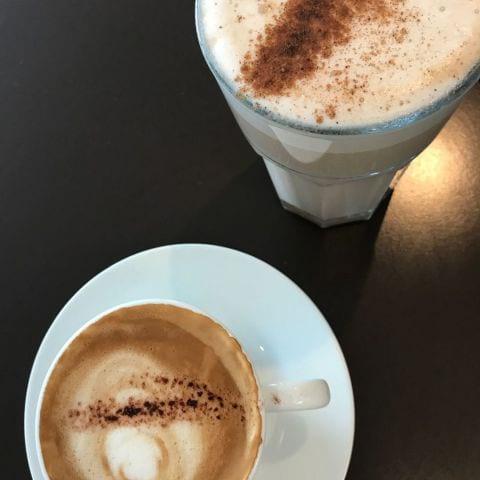 Cappuccino och Latte – Bild från Café Pronto av Jessica K.