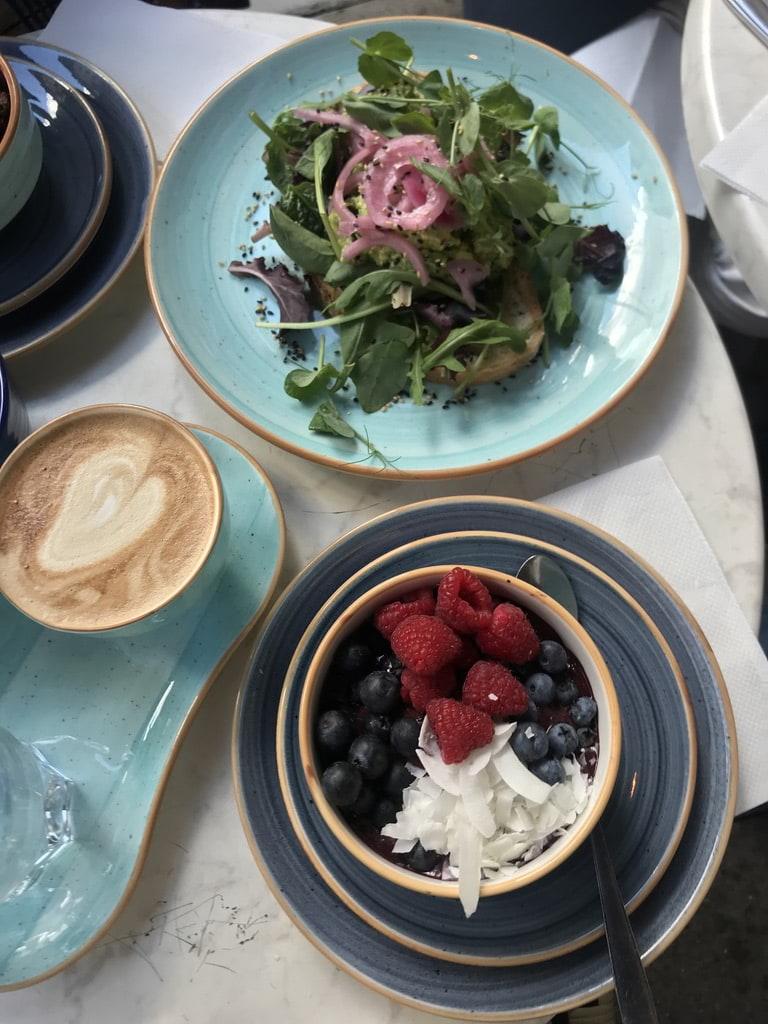 Acaibowl, cappuccino och avokadomacka – Bild från Café Fix av Jessica K.