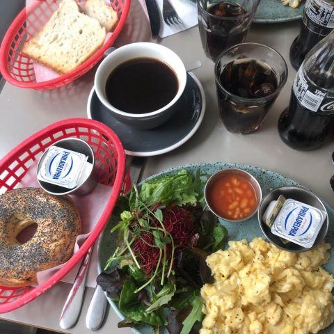 Veggie brunch och rostad bagle – Bild från Café Sirap av David F.