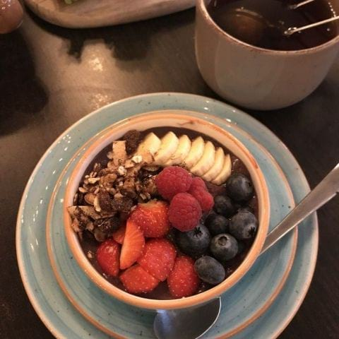 Acai-bowlen (ingår även jordnötssmör) – Photo from Café Fix by Jessica K.