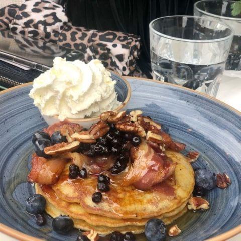 Pancakes med blåbär, bacon, pekannötter och lönnsirap. Mums! – Bild från Café Fix av Annelie V.
