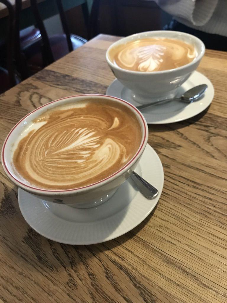 Stor cappuccino – Bild från Café Saturnus av Jessica K.