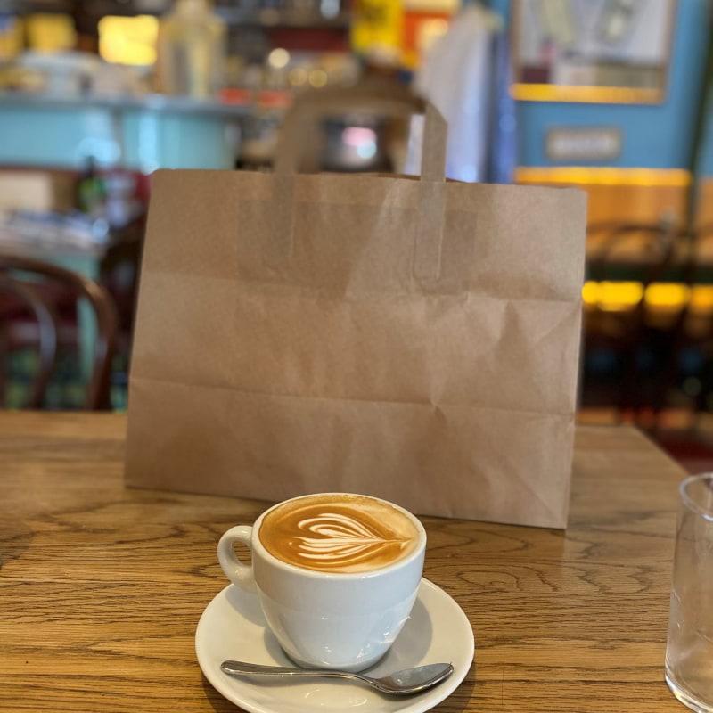 Cappuccino med blåbärpaj – Bild från Café Saturnus av Madiha S.