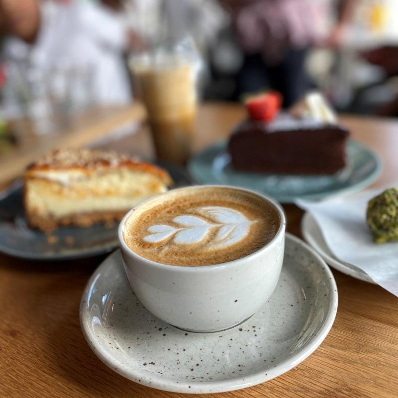 Cappuccino och Caramel iskaffe – Bild från Café Vólta av Madiha S.