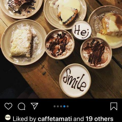 Blåbärspaj, äppelkaka, morotskaka, kladdkaka och omotståndlig varm choklad! – Bild från Café Kaffekoppen av Madiha S.