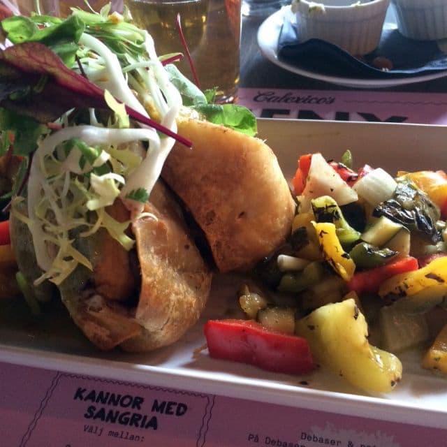 El chimi vegano (chimichanga med sötpotatis, svarta bönor och grillade grönsaker) – Bild från Calexico's av Johanna L.