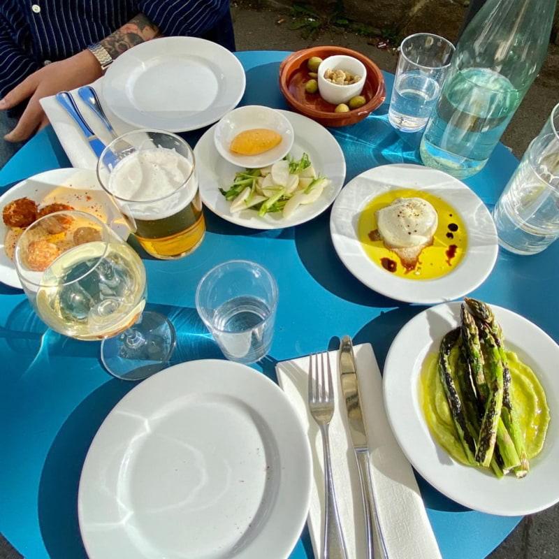 Sparris, burrata, cheddarkroketter, majrova med chilimajonäs, oliver – Bild från Centan av Lisa S.