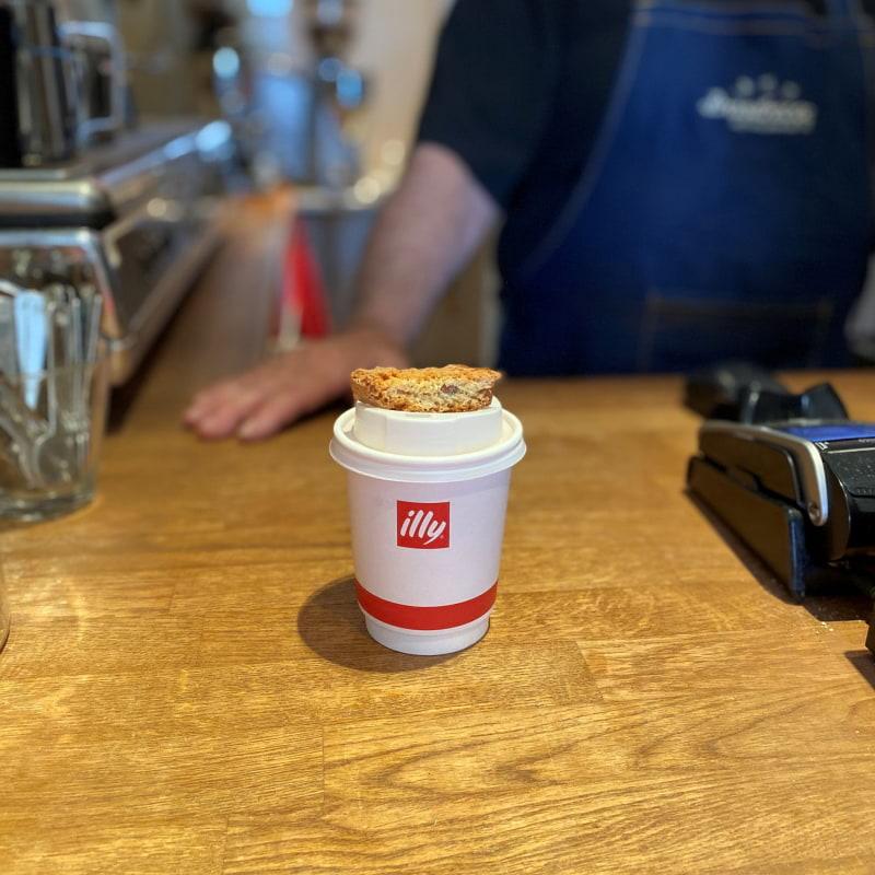 Cappuccino med italienskt biscotti – Bild från Coffee Gallery av Madiha S.