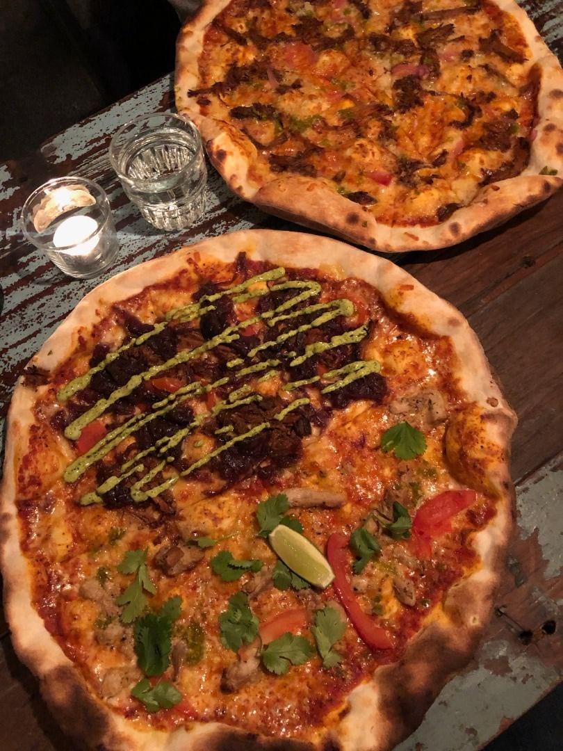 50/50 nr 3 och 6, samt specialare från tavlan i bakgrunden – Bild från Crispy Pizza Bistro Vasastan av Adam L.