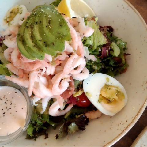 Räksallad – Bild från Daily's Cafe & Bistro av Katarina D.
