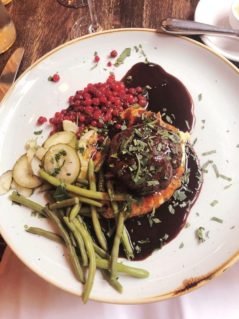 Hjortfärsbiffar, pressgurka, potatispuré, lingon – Bild från Duvel Café av Lisa S.