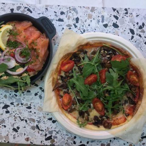 Pizza och omelett – Bild från Eggs Inc. av Agnes L.