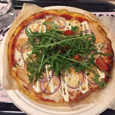 Äggpizza med rökt lax och rödlök – Bild från Eggs Inc. av Peter B.