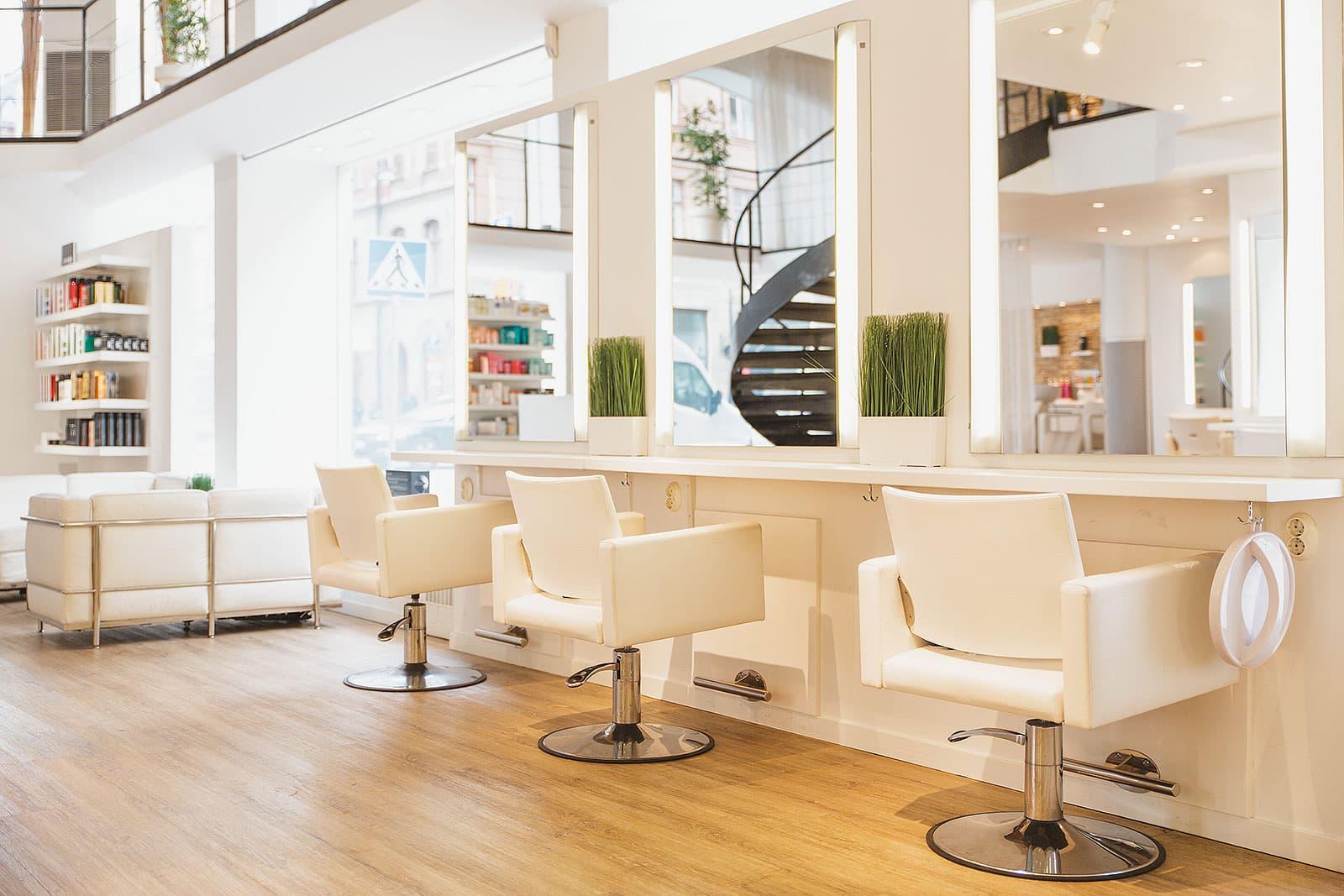 Själva salongen är modern och luftig och här vill man plocka fram det bästa  ur kunden 90df9bdae75a1