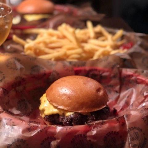 Enkel cheese – Bild från Flippin' Burgers av Mythu L.