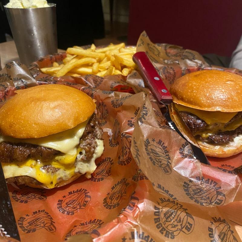 Flimpy till vänster, Flippin till höger – Bild från Flippin' Burgers Norrlandsgatan av Adam L.