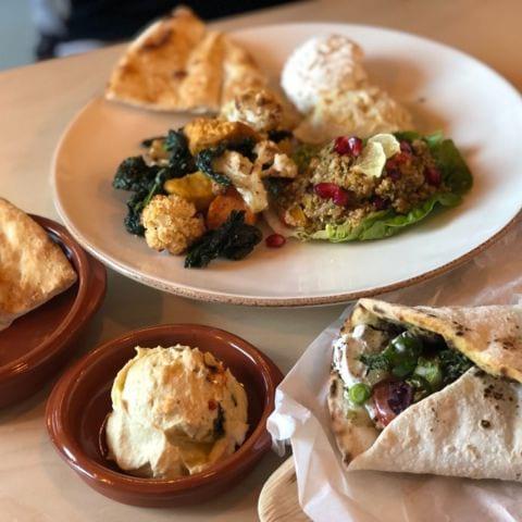 Salladsbar, flatbreads och hummus. – Bild från Foren Food & Bakery av Agnes L.