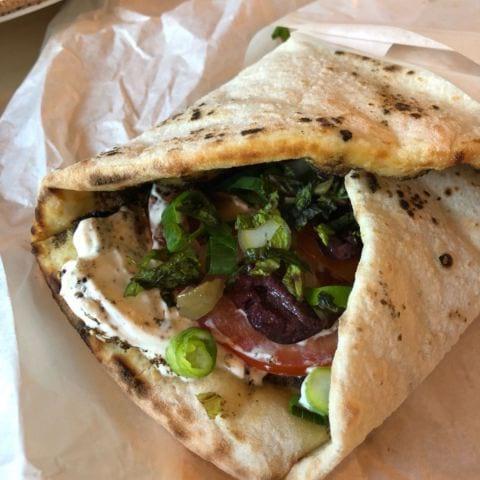 Flatbreads med zaatar, labneh och grönsaker – Bild från Foren Food & Bakery av Agnes L.