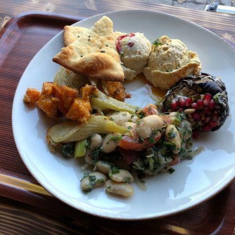 En tallrik med 3 sallader och 2 röror – Photo from Foren Food & Bakery by Per N.