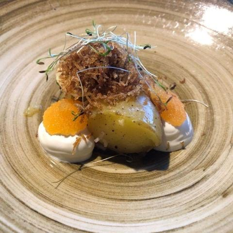 Potatis, brynt smör, kallrökt gräddfil och löjrom – Bild från Fotografiska av Agnes L.