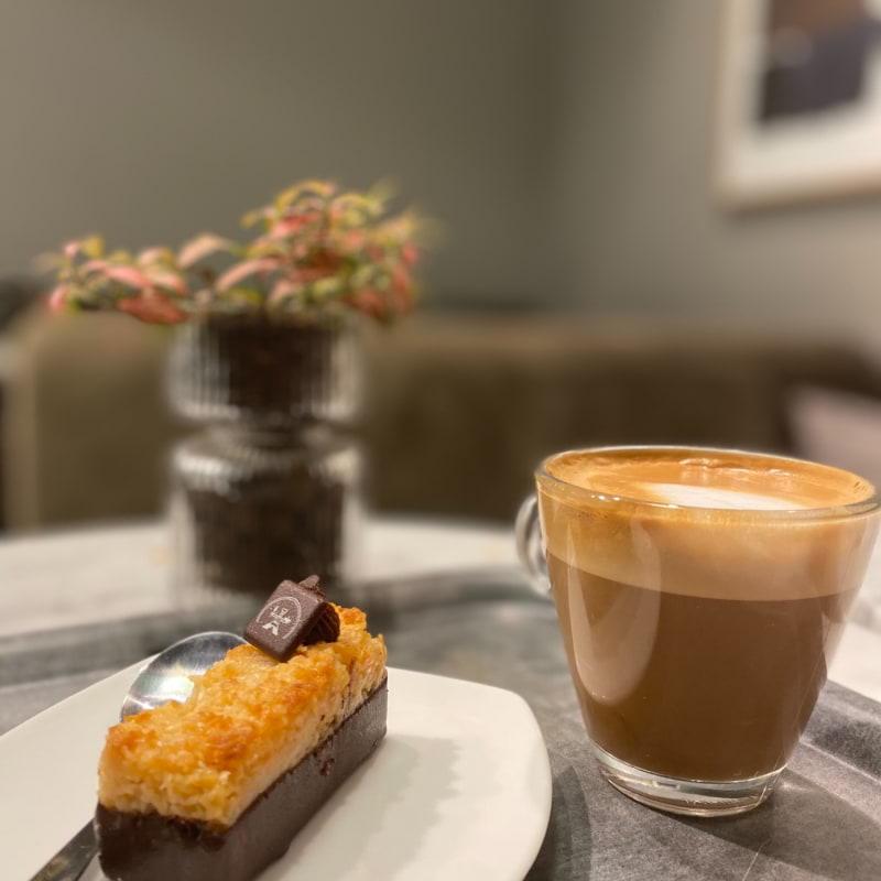 Kokosbrownie & cappuccino – Bild från Gateau Täby Centrum av Madiha S.