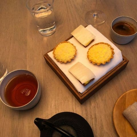 Vit sparrispaj med honung / Kalvdans och mjölk – Bild från Gastrologik av Adam L.
