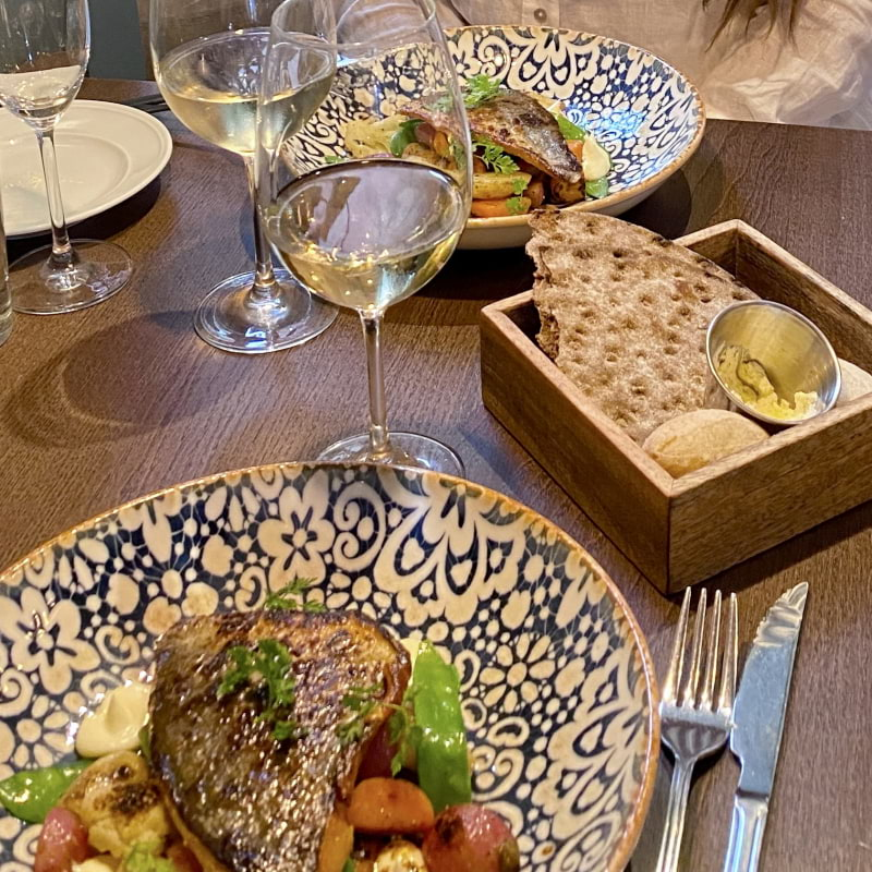 Abborre med primörer, potatis, miso, citrongräsmajonäs och brynt soyasmör – Bild från Gamla Enskede Matbod av Lisa S.