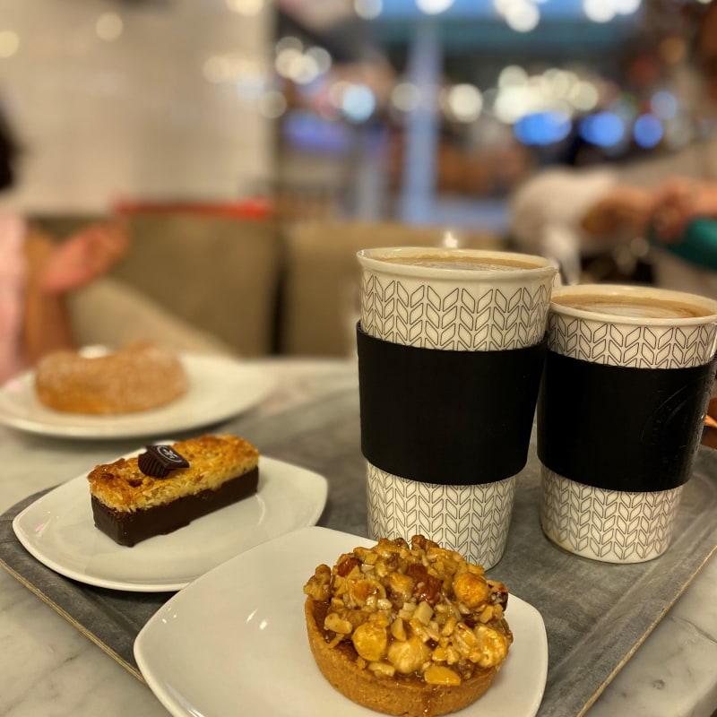 Kokostosca brownie, vaniljbulle och tosca, Mums!!! – Bild från Gateau Täby Centrum av Madiha S.