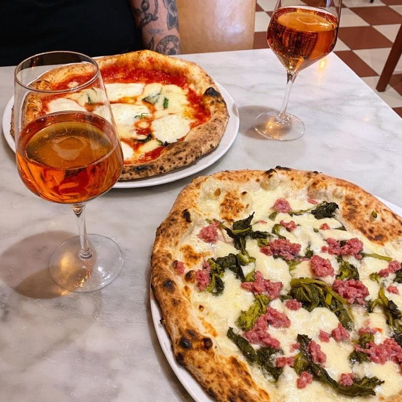 Pizza och bubblande rosévin – Bild från Giro av Isabelle W.