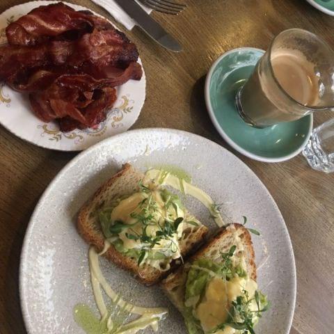 Avo bene med bacon on the side! – Bild från Greasy Spoon Södermalm av Louise T.