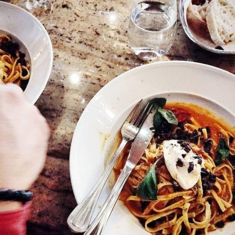 Deras vegetariska rätt: pasta med tomat, oliver och krämig buffelmozzarella. – Bild från Haymarket by Scandic av Elin E.