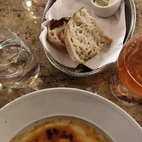 Man blir serverad ett riktigt gott surdegsbröd+ vispat smör innan maten. – Bild från Haymarket by Scandic av Elin E.