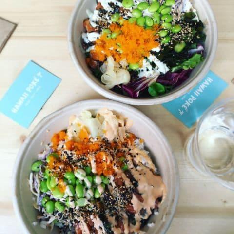 Salmalax med edamame, någon form av asiatisk kol/liknande, (sushi)ris, sesamfrön och ingefära – Bild från Hawaii Poké av Adam L.