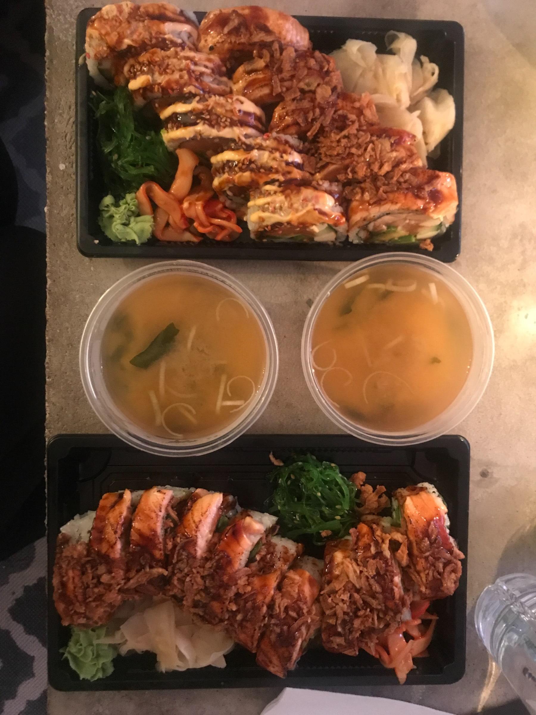 Sushi to go! – Bild från Hanaya Sushi Cafe av Jessica K.