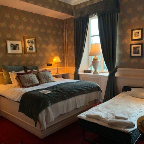 Vårt fina rum, men extrasäng då vi var 3 – Bild från Hotel Pigalle av Malin S.