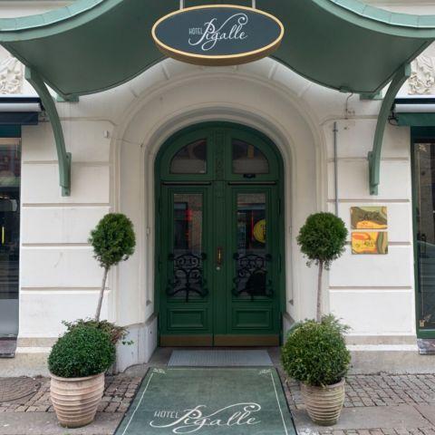 Entrén – Bild från Hotel Pigalle av Malin S.