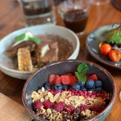 Granola bowl och french toast – Bild från Kitchen & Table Kungsholmen av Anna B.