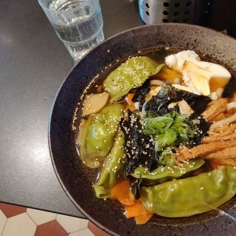 Udonnudlar med vegetariska dumplings. – Bild från Kimama Sushi av Elin E.
