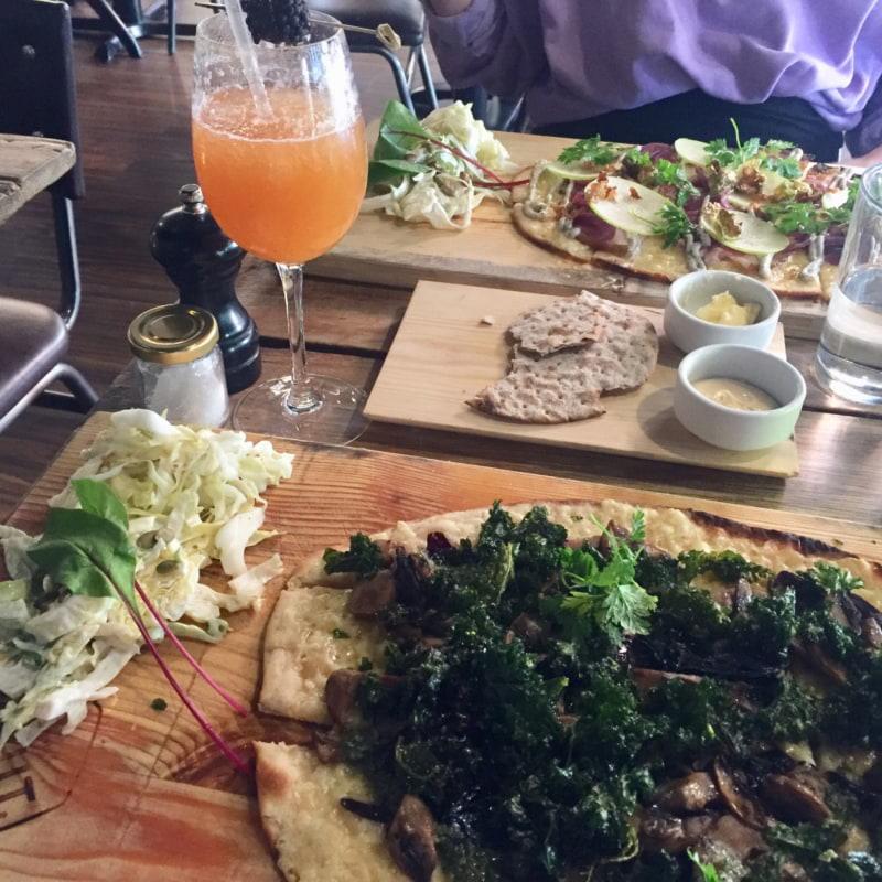 Grönkålspizza och alkoholfria drinken Kråkan. – Bild från Knut Bar av Caroline L.