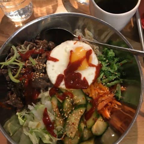 Bra blandning av tillbehör. Snålade inte med köttet. – Bild från Koreana av Jenny Q.