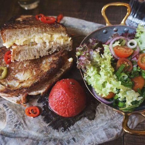 Brunch macka med ägg, rökt skinka och ost med grönsallad – Bild från Kommendören av Lisa S.