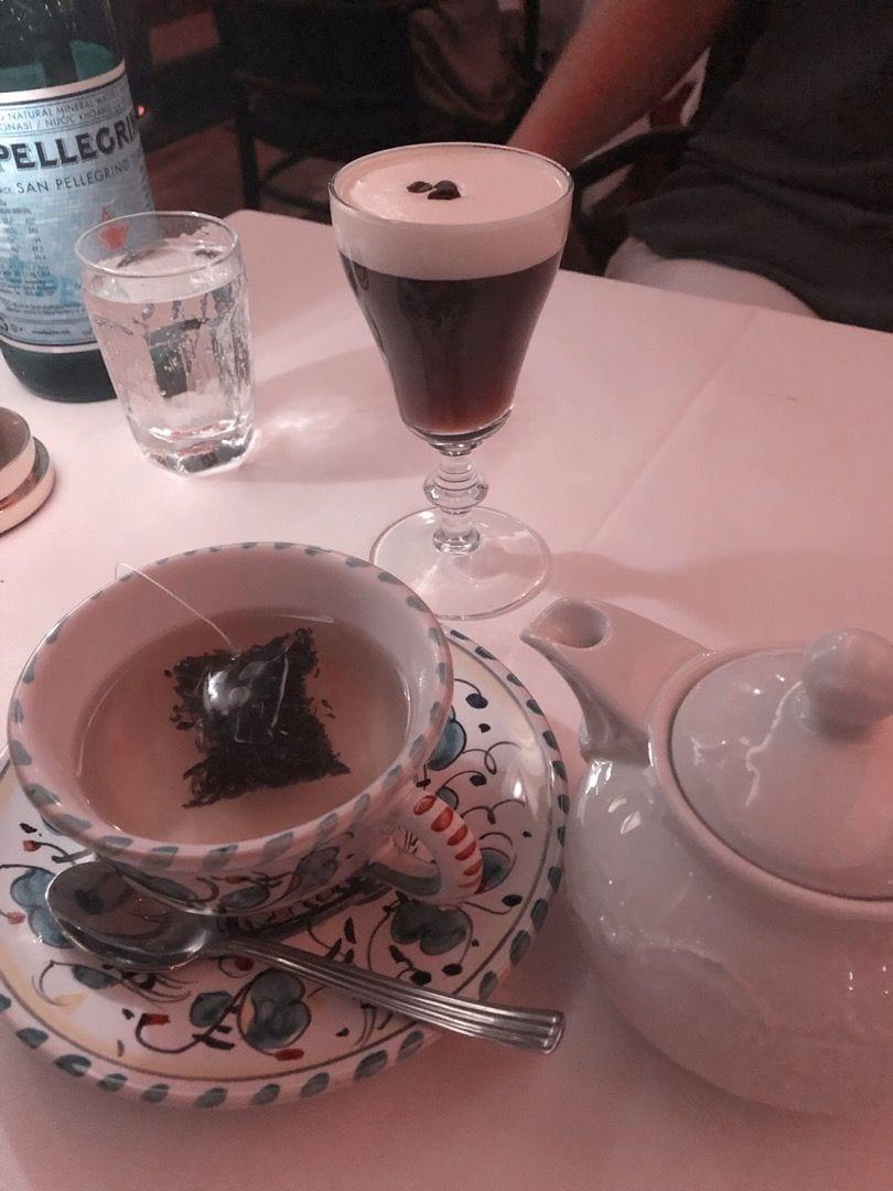 Avec, te och iris coffee – Bild från L'Avventura av Lisa S.