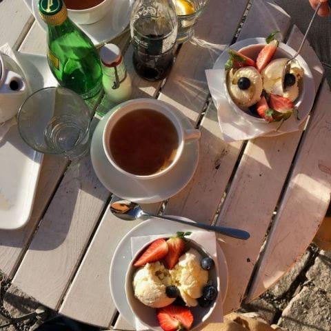 Vaniljglass med blåbär och jordgubbar – Bild från La Grande Rue av Adam L.