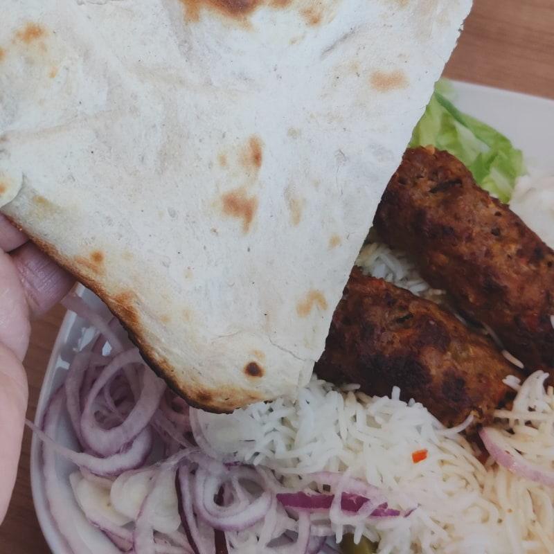 Adana kebab med naan bröd – Bild från Lilla Mellanöstern av Shahzad A.