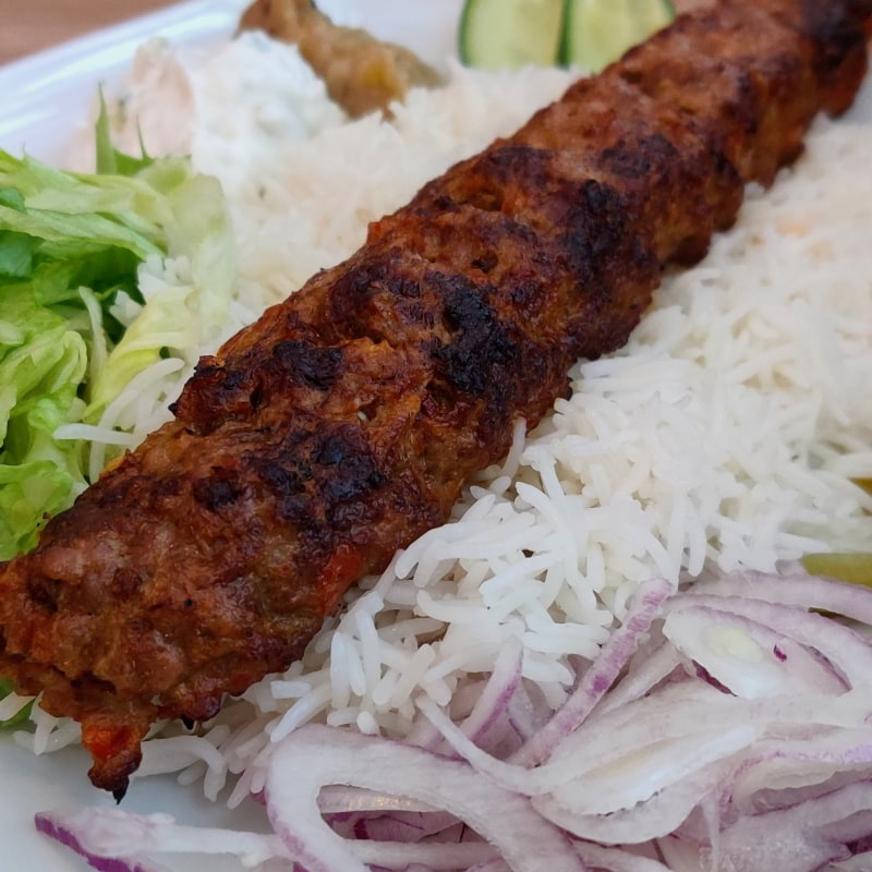 Adana kebab med ris – Bild från Lilla Mellanöstern av Shahzad A.
