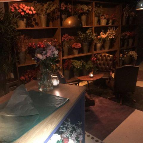 Entrén – Bild från Lucy's Flower Shop av Tom C.