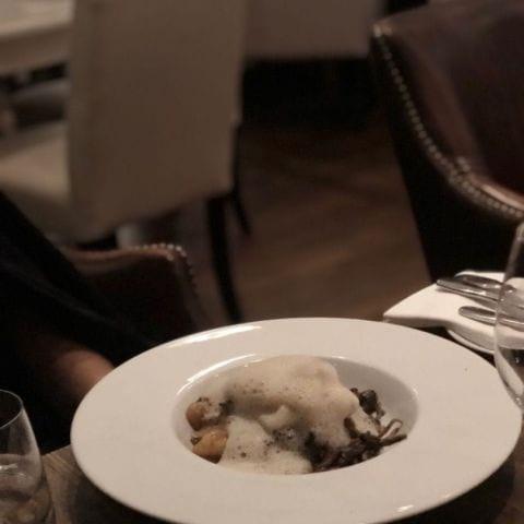Piggvar och gnocci under skum. – Bild från Lydmar Hotel av Annelie V.