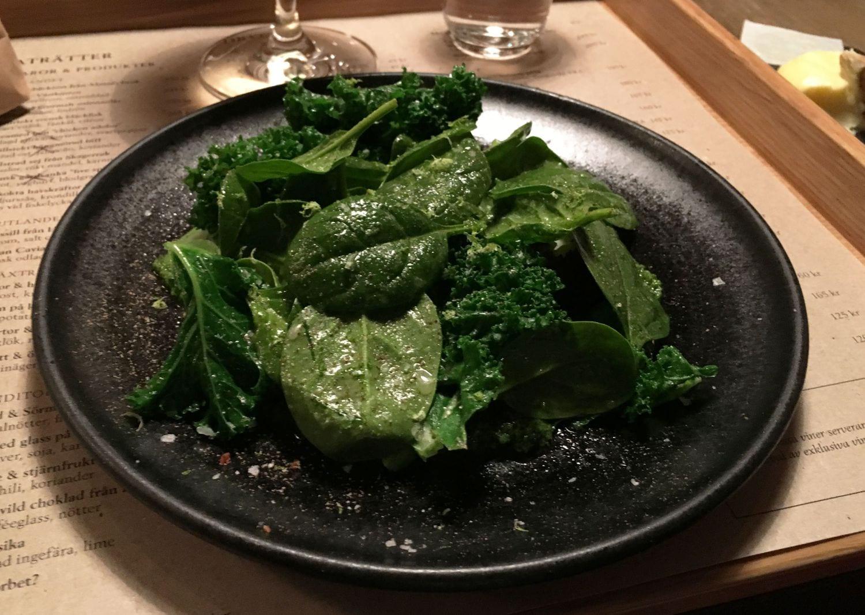Gröna ärtor, blomkål, vitlök, rågbröd och lime – Bild från Mathias Dahlgren Matbaren av Sophie E.