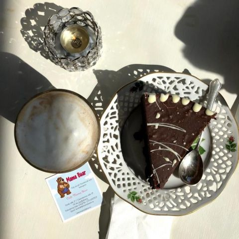 Choklad tårta med ganache- för chokladälskare! – Bild från Mama Bear Café av Madiha S.