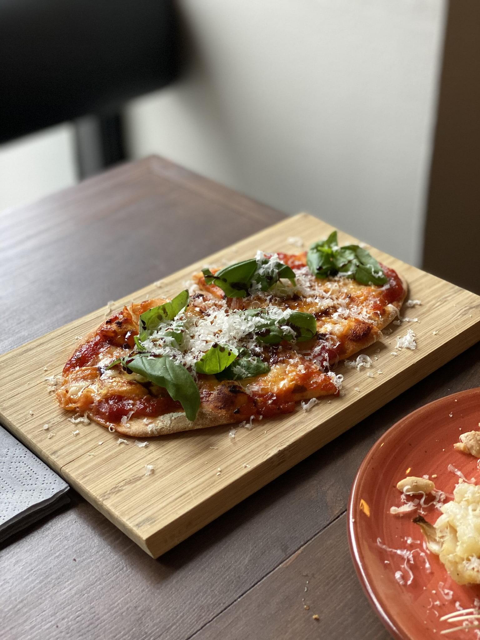 God pizza med söt tomatsås – Bild från Mamma o. jag Bistro av Agnes L.